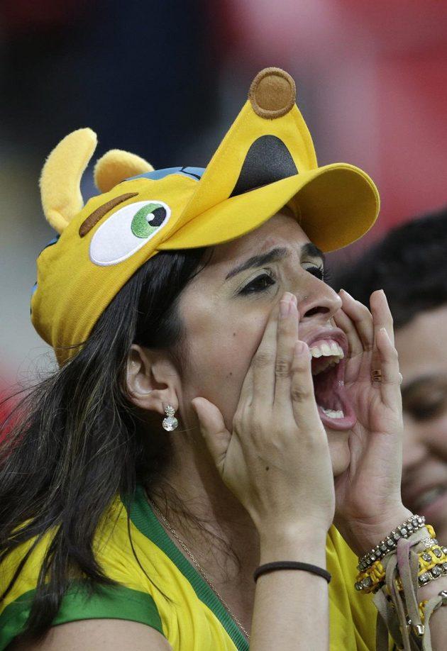 Brazilská fanynka křičí na své fotbalové miláčky.