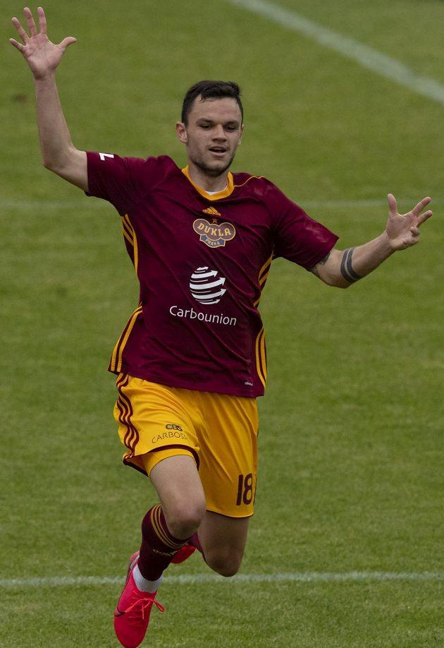 Daniel Souček z Dukly se raduje z prvního gólu.