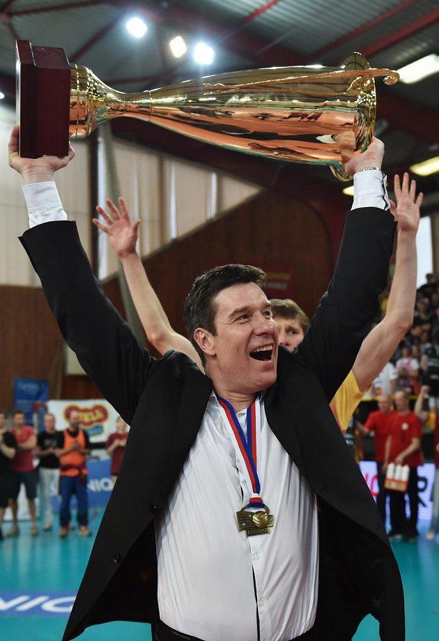 Mistrem volejbalové extraligy se stala Dukla Liberec. Na snímku je trenér Michal Nekola s trofejí.