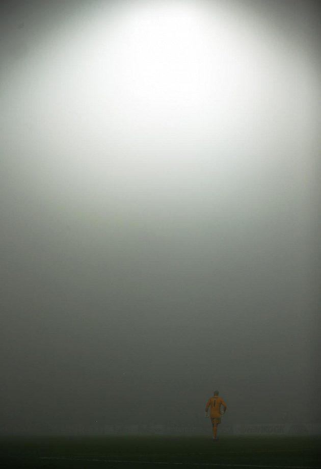 Brankář Trnavy Martin Chudý v mlze.
