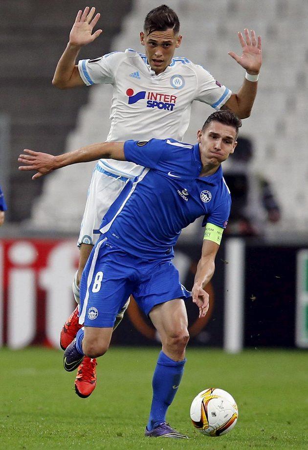 David Pavelka (vepředu) z Liberce a ofenzivní záložník Marseille Lucas Ocampos.