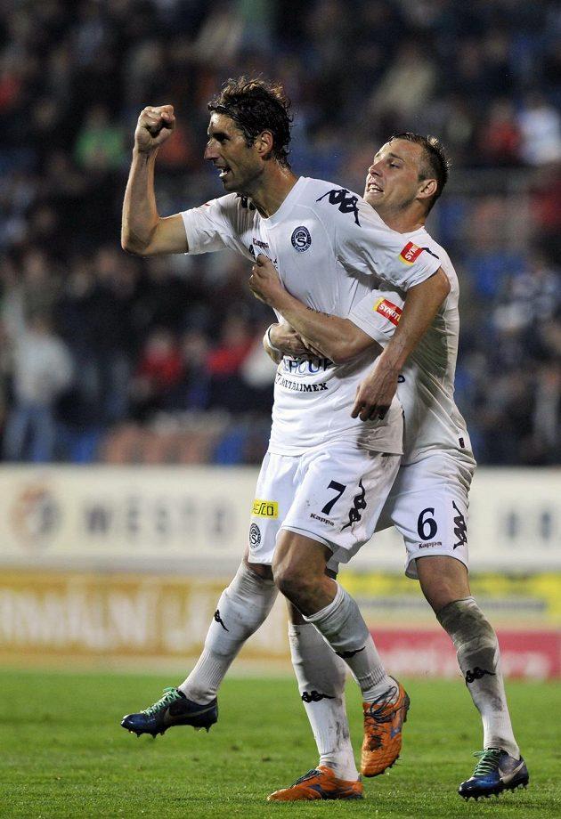Útočník Slovácka Libor Došek se raduje ze stého gólu v české lize. Vpravo je obránce Petr Reinberk.