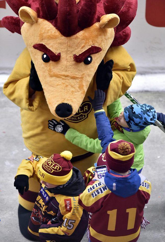 Děti si hrají s jihlavským maskotem.