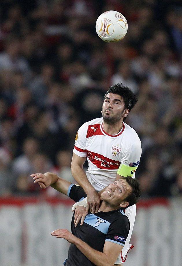 Serdar Tasci ze Stuttgartu vyhrál tento hlavičkový souboj s útočníkem Liborem Kozákem.