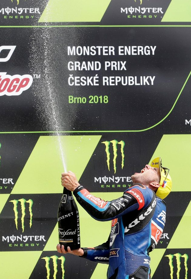 Šampaňské teklo proudem. Jakub Kornfeil si umístění na stupních vítězů pořádně užíval.