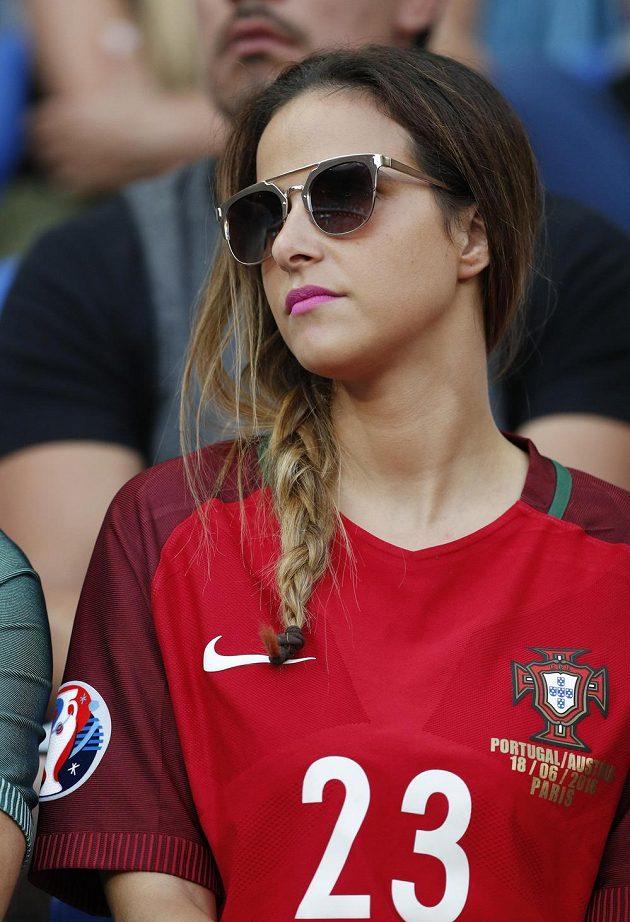 Portugalka v dresu svého oblíbeného hráče Adriena Silvy.