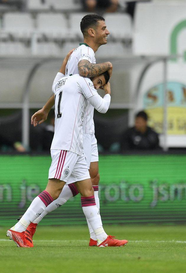 Autor prvního gólu Celtiku Liel Abada (vpředu) se raduje v Jablonci se spoluhráčem Nirem Bittonem v utkání 3. předkola Evropské ligy.