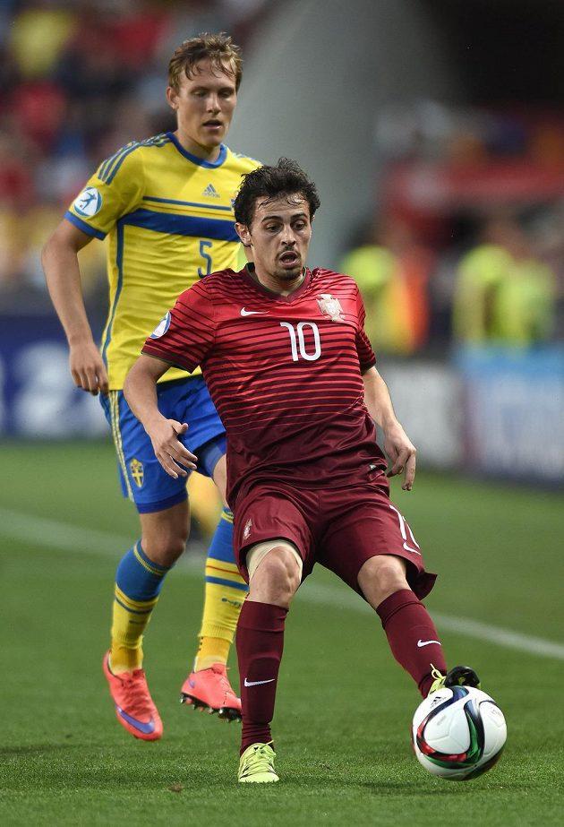 Portugalský záložník Bernardo Silva (vpředu) a Alexander Miloševič ze Švédska ve finále ME hráčů do 21 let.
