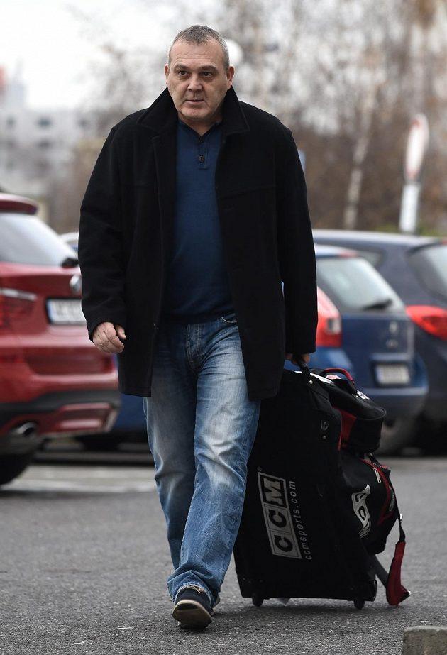 Asistent trenéra Ondřej Weissmann přichází na sraz české hokejové reprezentace před turnajem Channel One Cup.