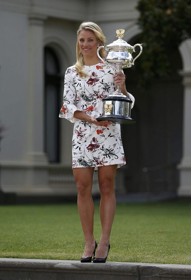 Angelique Kerberová pózuje s pohárem pro vítězku Australian Open.