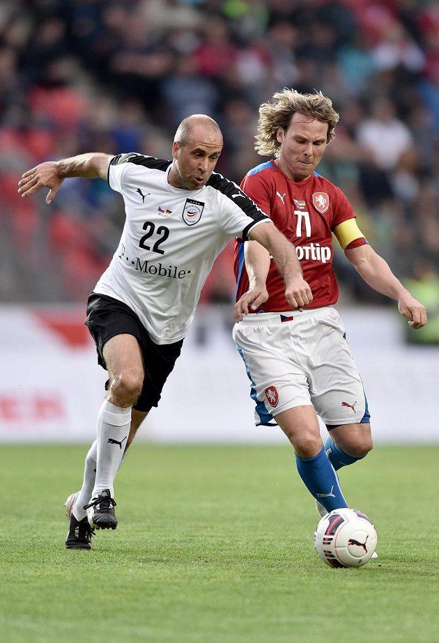 Němec Stefan Beinlich (vlevo) v souboji s českým záložníkem Pavlem Nedvědem během exhibičního utkání v pražském Edenu.