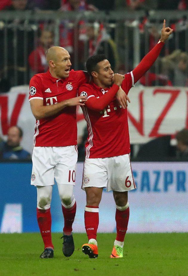 Radost fotbalistů Bayernu Mnichov Arjena Robbena (vlevo) a Thiaga Alcantarary v zápase proti Arsenalu.
