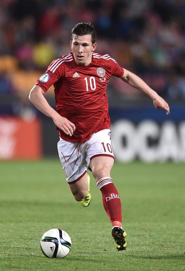Dán Pierre-Emile Höjbjerg během utkání EURO 2015 hráčů do 21 let se Švédy v Praze.