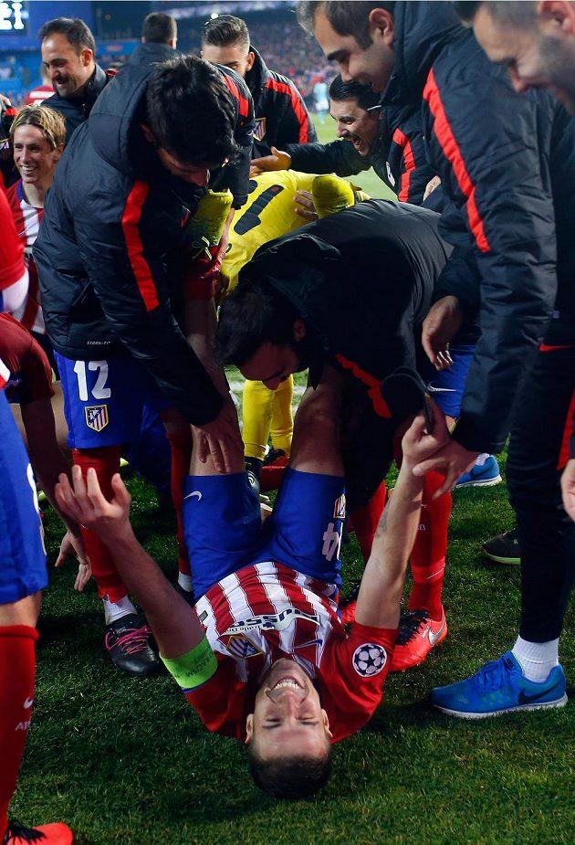 Záložník Atlétika Madrid Gabi slaví se spoluhráči postup do čtvrtfinále Ligy mistrů.