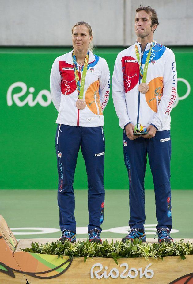 Čeští tenisté Radek Štěpánek a Lucie Hradecká převzali bronzové medaile za 3. místo ve smíšené čtyřhře.