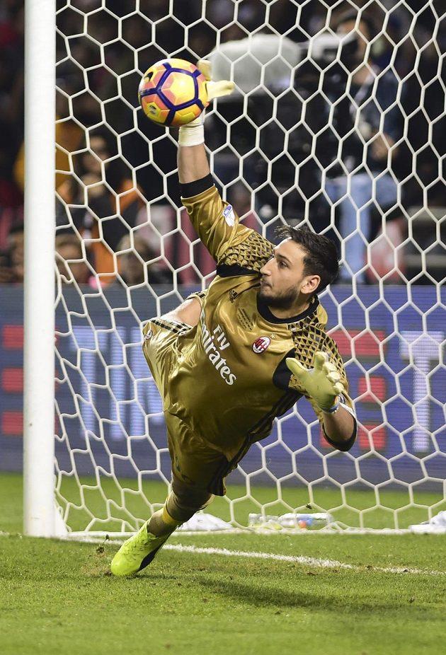Brankář AC Milán Gianluigi Donnarumma vychytal Paula Dybalu při rozstřelu v italském Superpoháru s Juventusem.