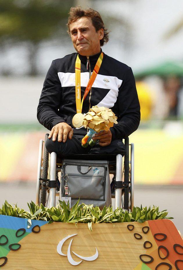 Slzící Ital Alessandro Zanardi se zlatou medailí na stupních.