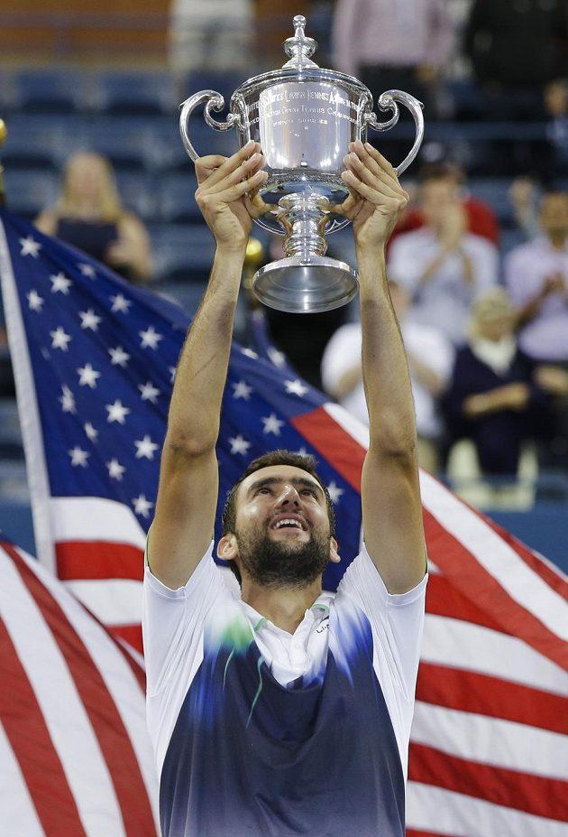 Chorvatský tenista Marin Čilič zvedá nad hlavou trofej pro vítěze US Open.