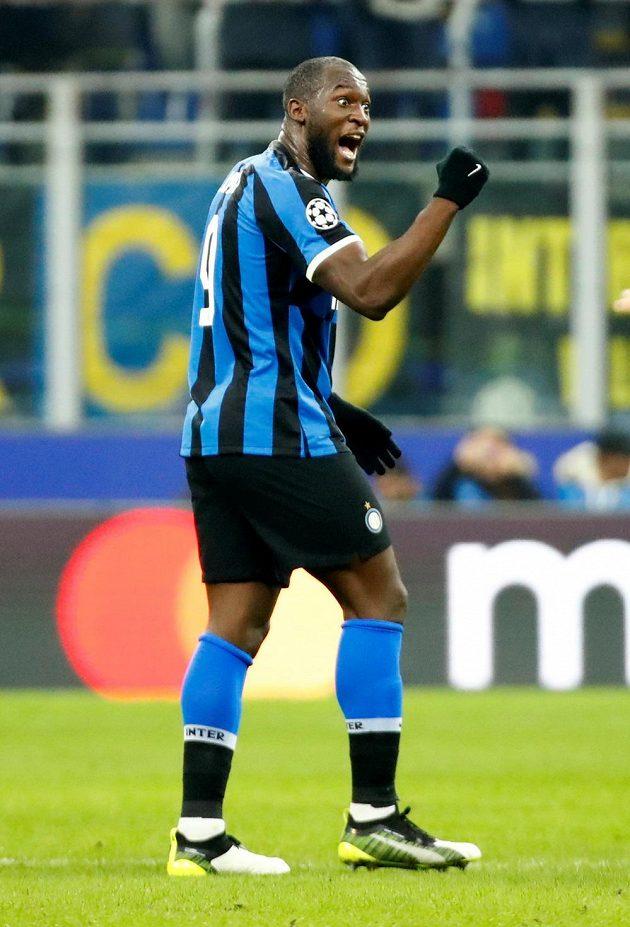 Kanonýr Interu Milán Romelu Lukaku oslavuje svůj gól v utkání Ligy mistrů proti Barceloně.