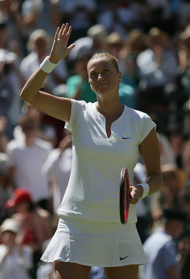 Česká tenistka Petra Kvitová zdraví diváky po vítězství nad Nizozemkou Kiki Bertensovou v prvním kole Wimbledonu.