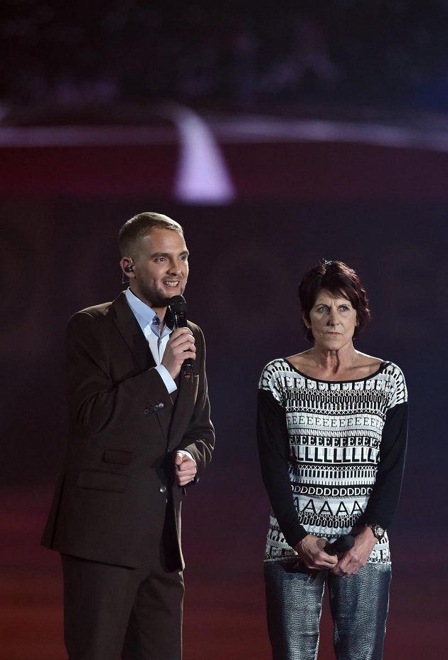 Moderátor Libor Bouček a slavná běžkyně Jarmila Kratochvílová během slavnostní zahájení halového ME.
