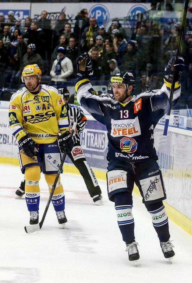 Vladimír Svačina z Vítkovic se raduje z gólu, vlevo je Jiří Marušák ze Zlína.