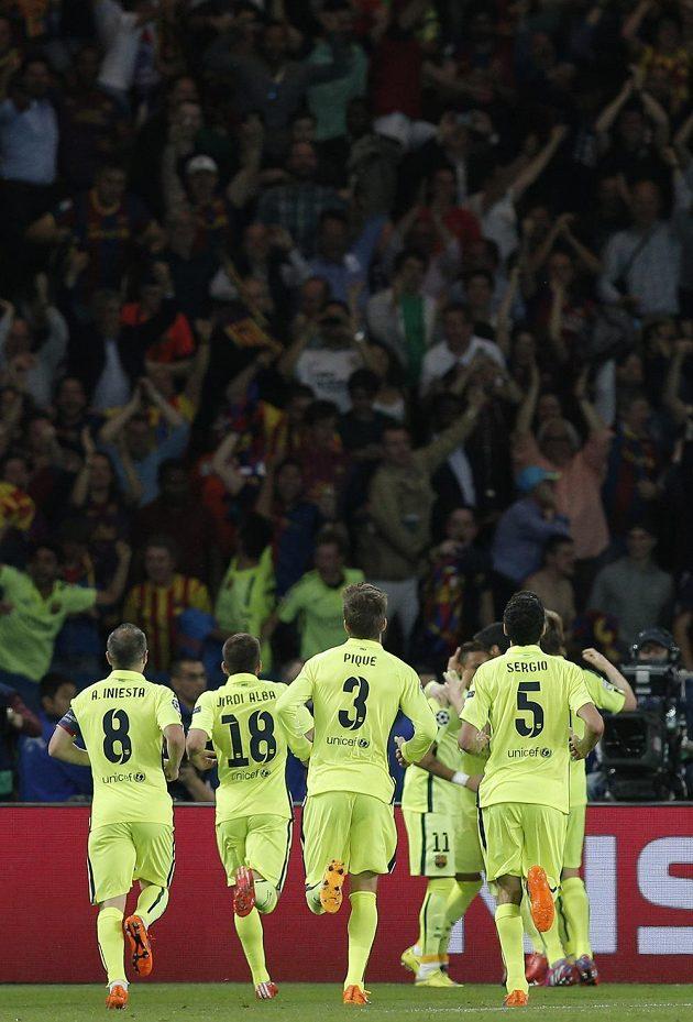 Hráči Barcelony oslavují branku, kterou vstřelil do sítě Paris St. Germain Neymar.