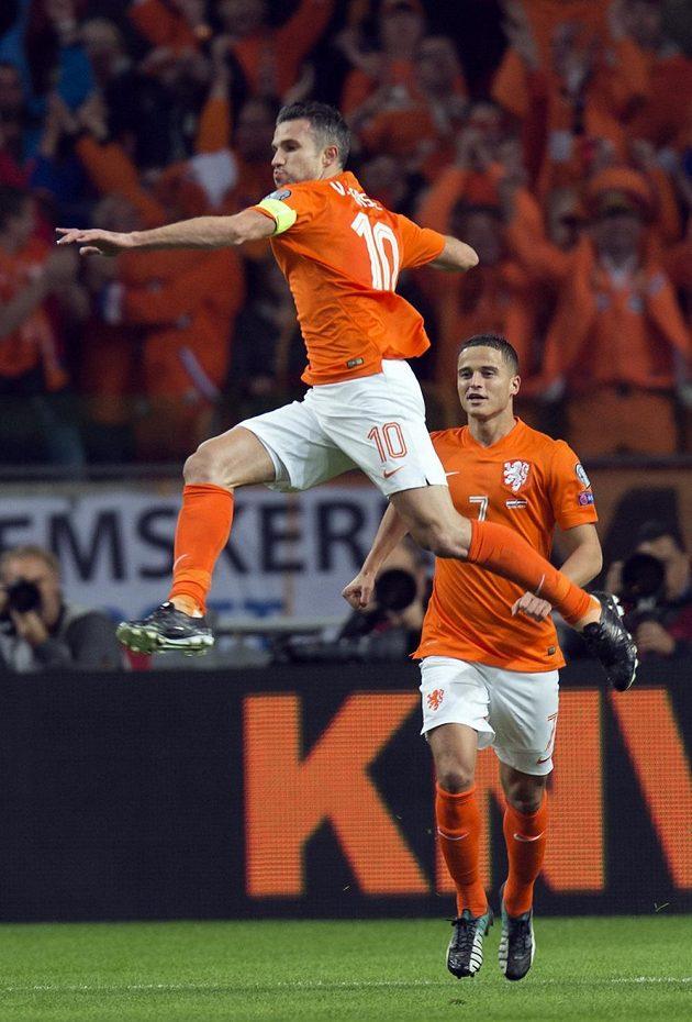 Nizozemec Robin van Persie se raduje z gólu proti Lotyšsku v kvalifikaci o postup na ME 2016.