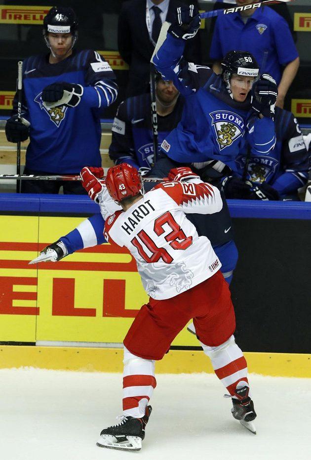 Dán Nichlas Hardt (43) atakuje Fina Juusa Rikolu.
