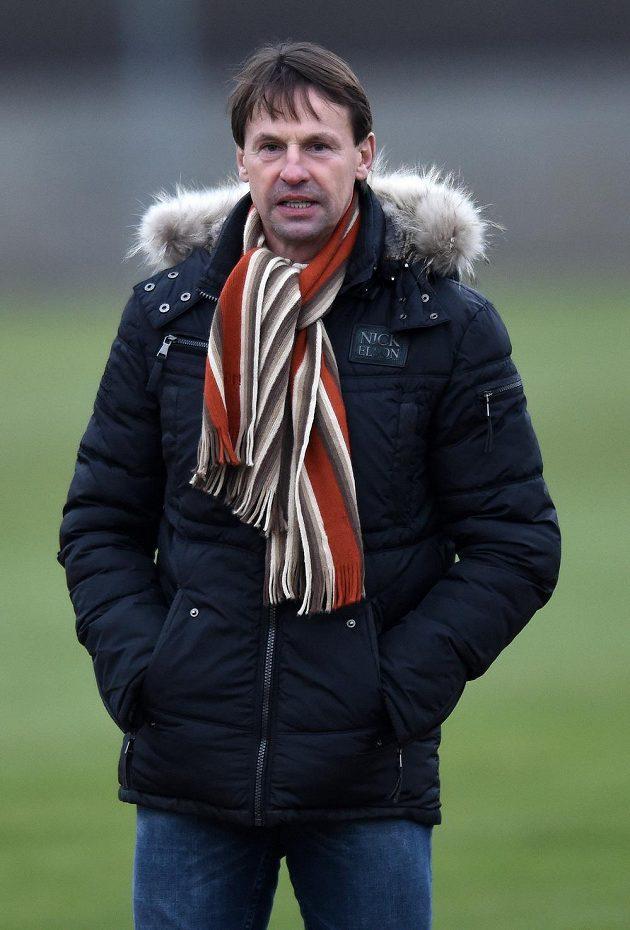 Trenér František Straka sleduje přípravné utkání Sparta - Žilina.