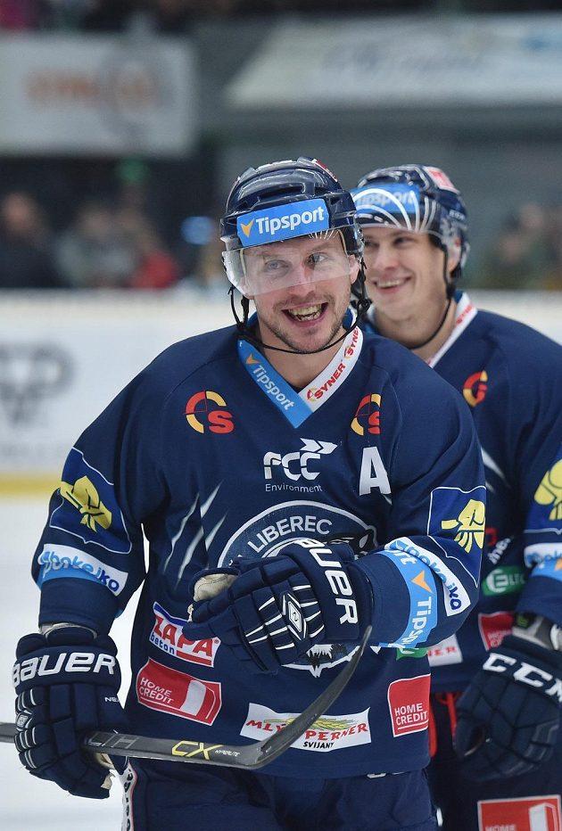 Úsměvy ve tváři libereckých hokejistů Petra Vampoly (vpředu) a Martina Ševce, Bílí Tygři vyhráli v Tipsport extralize podeváté v řadě.