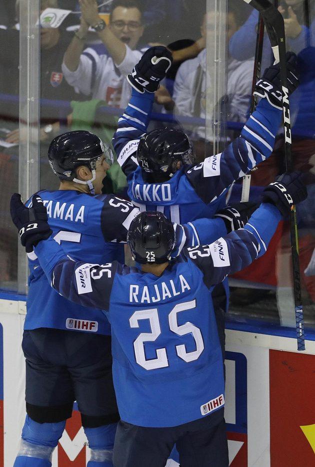 Finská radost. Hokejisté Suomi slaví gól, který vstřelil do kanadské sítě Kaapo Kakko na mistrovství světa.