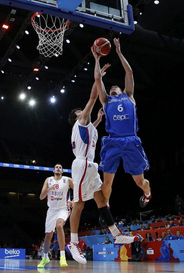 Český basketbalista Pavel Pumprla (vpravo) a Miloš Teodosič ze Srbska při doskoku.