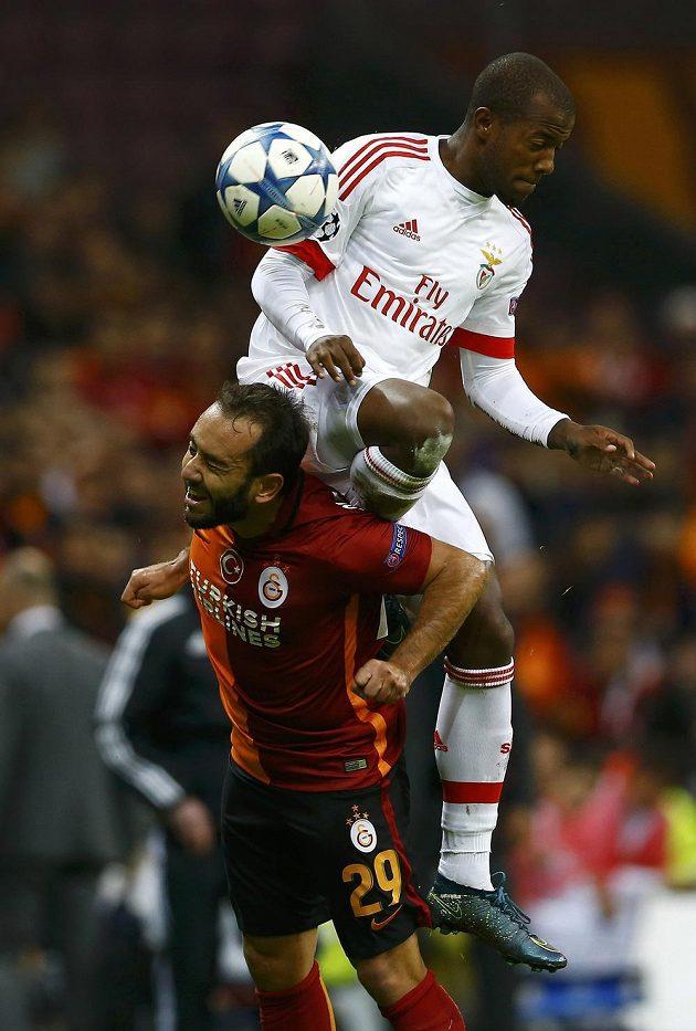 Takhle si Victor Andrade vyskočil v souboji o míč na Olcana Adina z Galatasaraye.