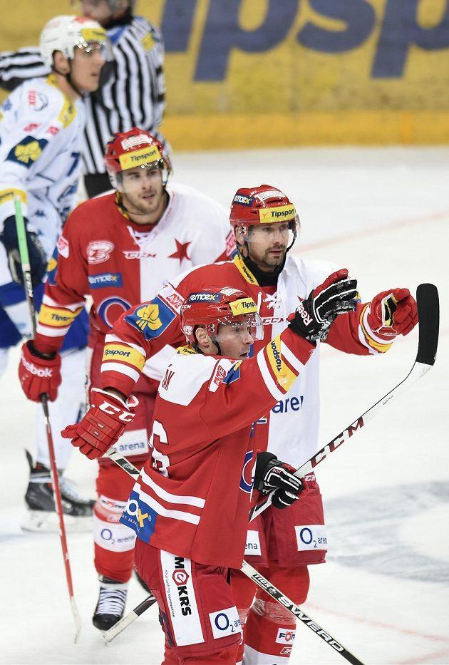 Hokejisté Slavie Praha se radují z gólu proti Brnu. Vpředu Tomáš Vlasák, vpravo Tomáš Divíšek.