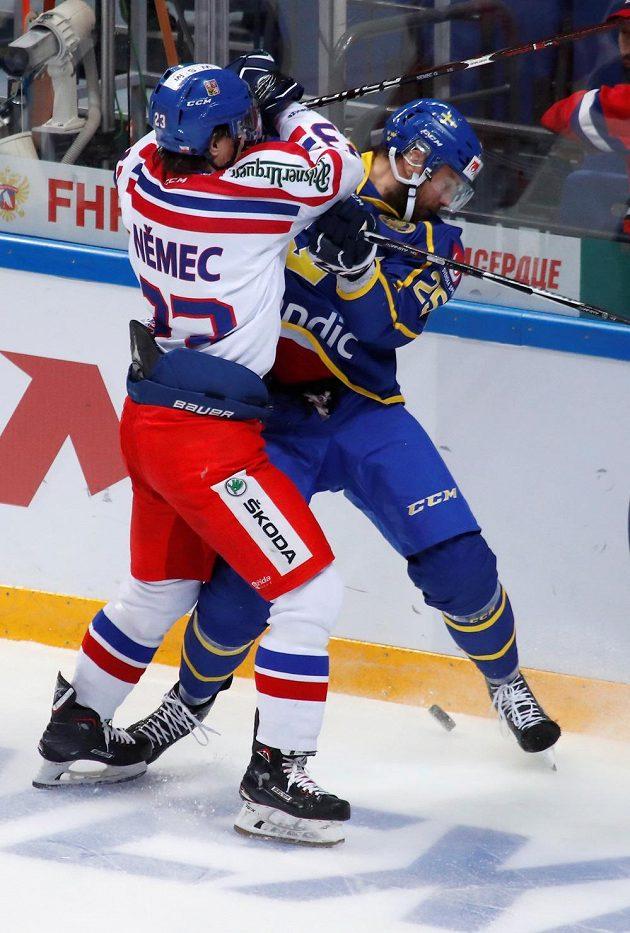 Viktor Stalberg a Ondřej Němec v utkání Channel One Cupu v Moskvě.