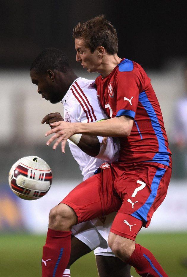 Český záložník David Houska (vpředu) a dánský obránce Jores Okore během přátelského utkání v Praze.