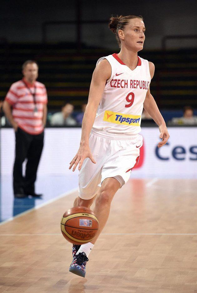 Česká basketbalistka Kateřina Bartoňová dribluje s míčem během přípravného duelu s USA v Praze.