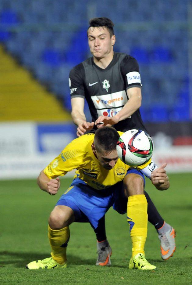 Zlínský Lukáš Železník (ve žlutém) odehrává míč před Vjačeslavem Karavajevem z Jablonce.