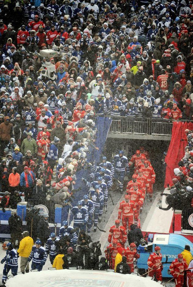 Hokejisté Toronta (v modrém) a Detroitu nastupují před Winter Classic.