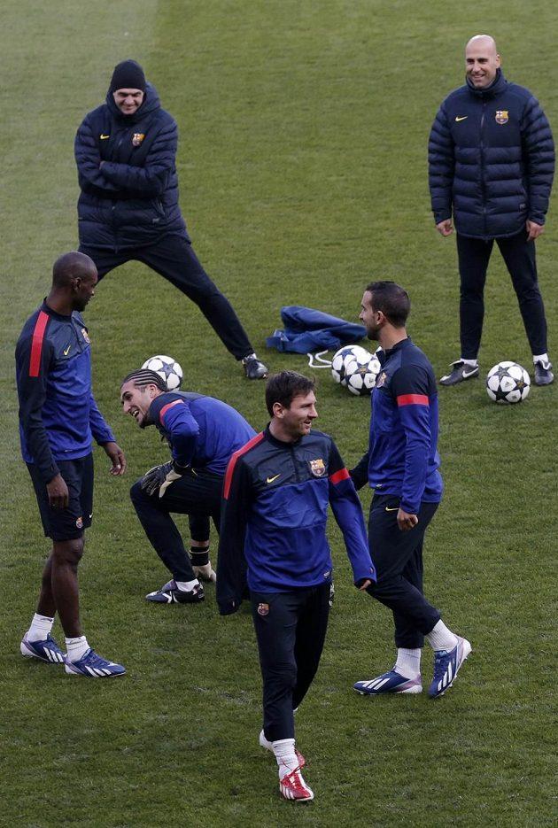 Lionel Messi (uprostřed dole) a trenér Barcelony Tito Vilanova (vlevo nahoře) se před utkáním v Paříži dobře bavili.