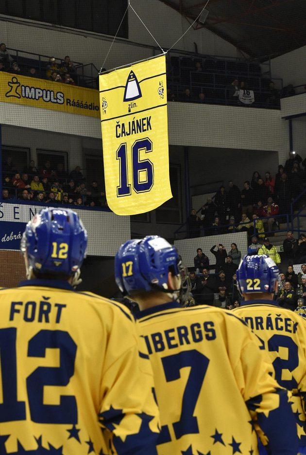 Dres zlínského odchovance Petra Čajánka s číslem 16 stoupá ke stropu zimního stadionu Luďka Čajky.