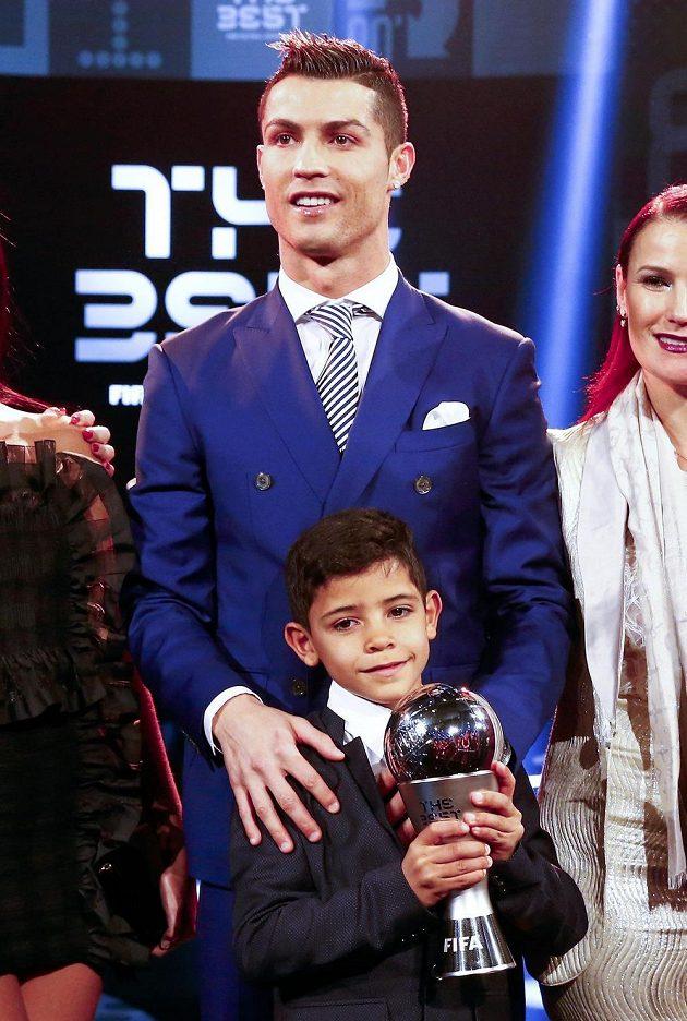 Cristiano Ronaldo se synem při ceremoniálu v Curychu.
