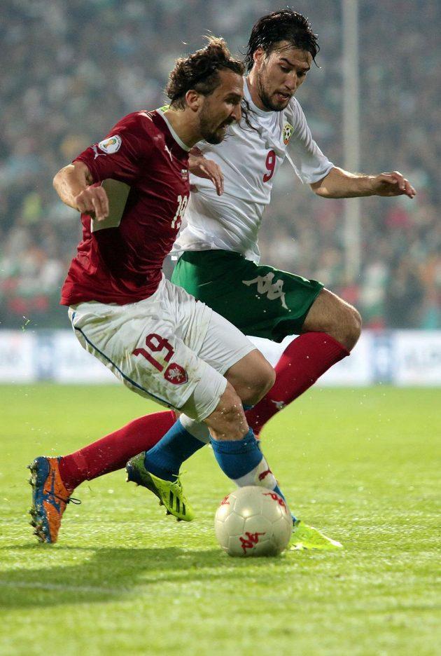 Petr Jiráček si kryje míč před Ivelinem Popovem z Bulharska.