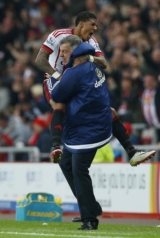 Patrick van Aanholt ze Sunderlandu a kouč Sam Allardyce po gólu proti Evertonu.