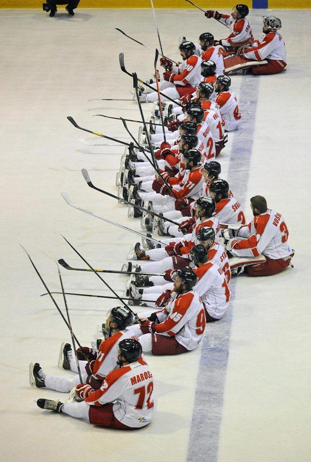 Olomoučtí hokejisté slaví s fanoušky výhru nad Kladnem.