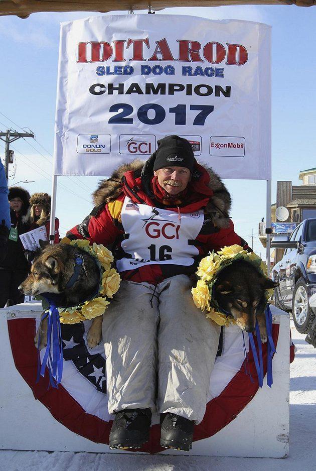 Vítěz závodu Iditarod 2017 - sedmapadesátiletý Američan Mitch Seavey.