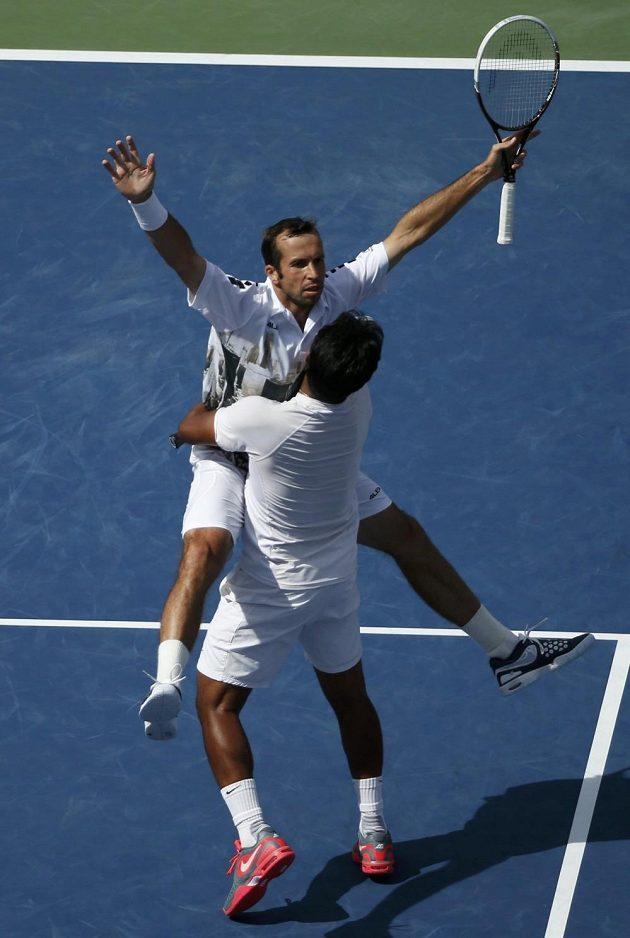 Radek Štěpánek a Leander Paes se radují z postupu do finále US Open.