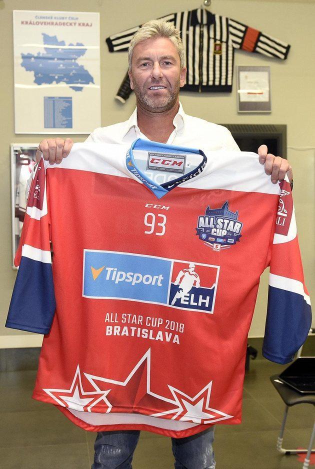 Generální manažer Výběru české extraligy Petr Nedvěd ukazuje dres hokejistů pro Utkání hvězd, které se odehraje 17. února v Bratislavě.