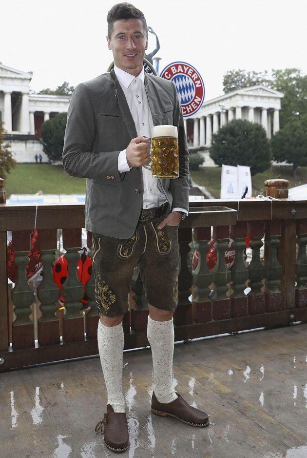 Účast na pivním svátku Oktoberfest si nenechal ujít ani polský ostrostřelec Robert Lewandowski.